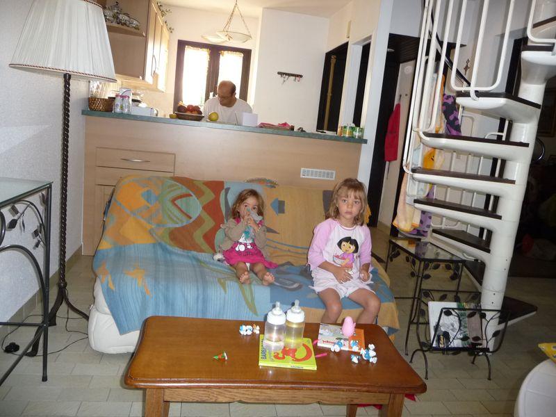 31 Juill 2011 002 girls sofa